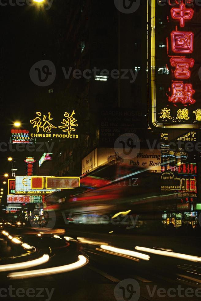 China Shanghai verlichte straat 's nachts foto