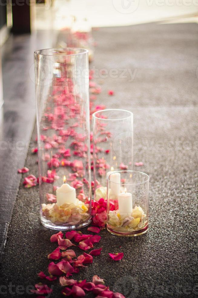doorgang bruiloft instellen roze rozen met kaarsen vaas foto