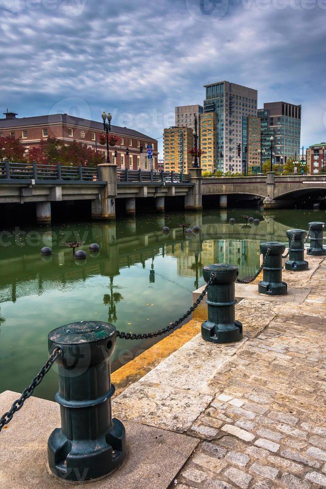 gebouwen langs de voorzienigheid rivier in de voorzienigheid, rhode island foto