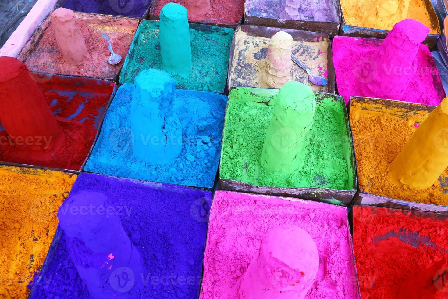 veelkleurige poeders op de Indiase markt van Pushkar, Rajasthan foto