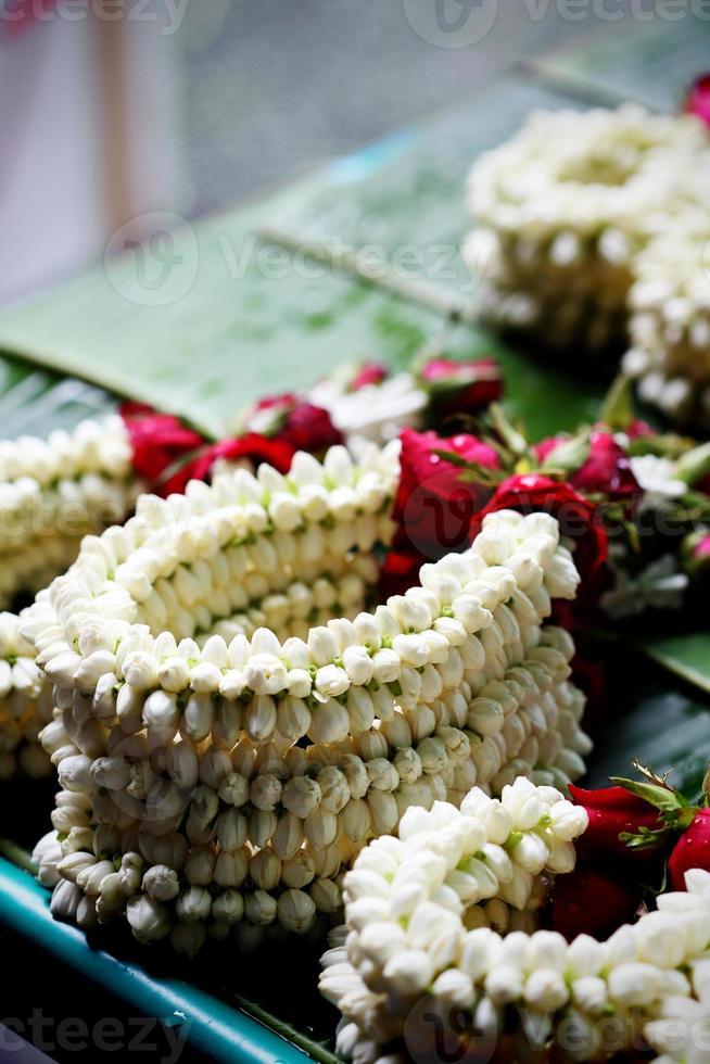 e slinger heeft jasmijn en roos op straatmarkt, thailand foto