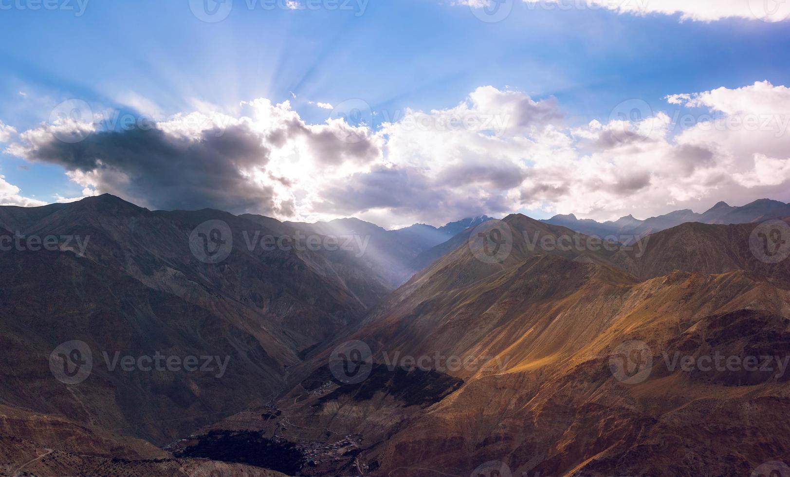 hoge bergweg in de Himalaya foto