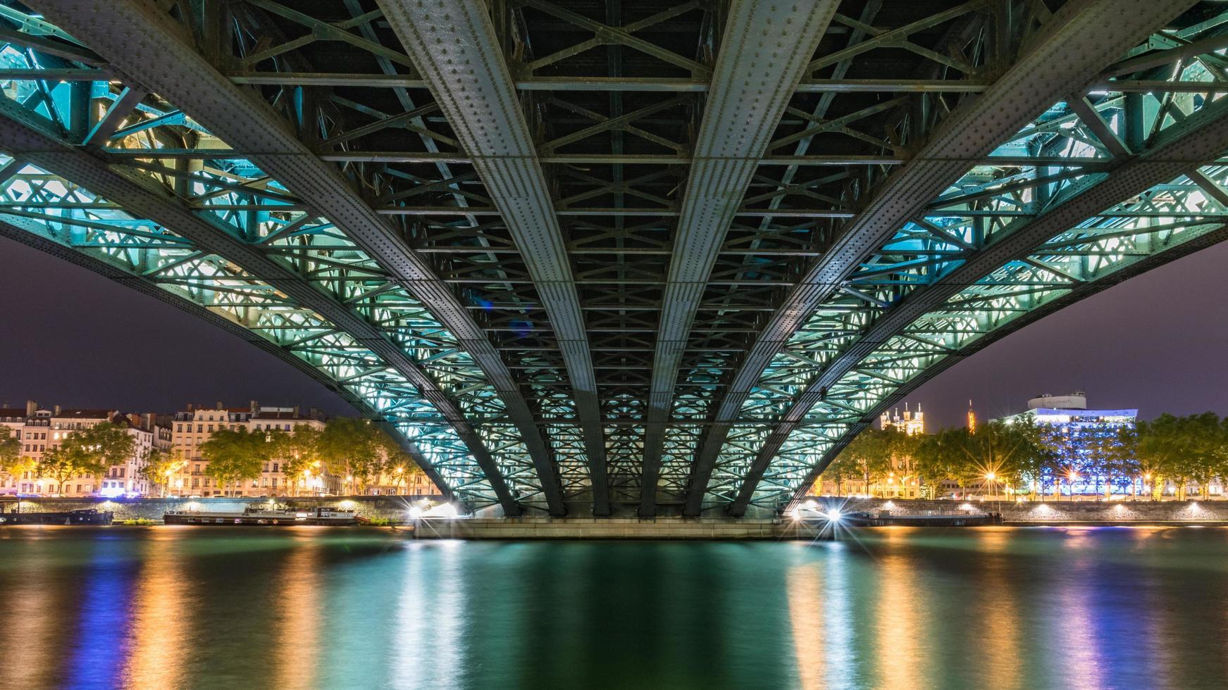 zeeniveau uitzicht op de universiteitsbrug in Lyon, Frankrijk foto