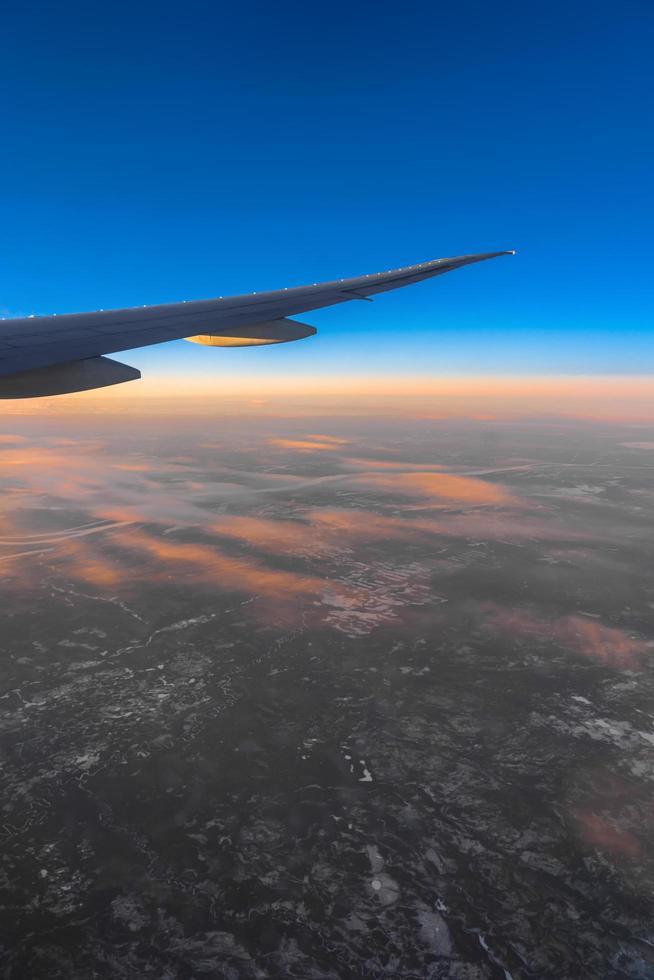 zijaanzicht van vliegtuig tijdens zonsopgang foto