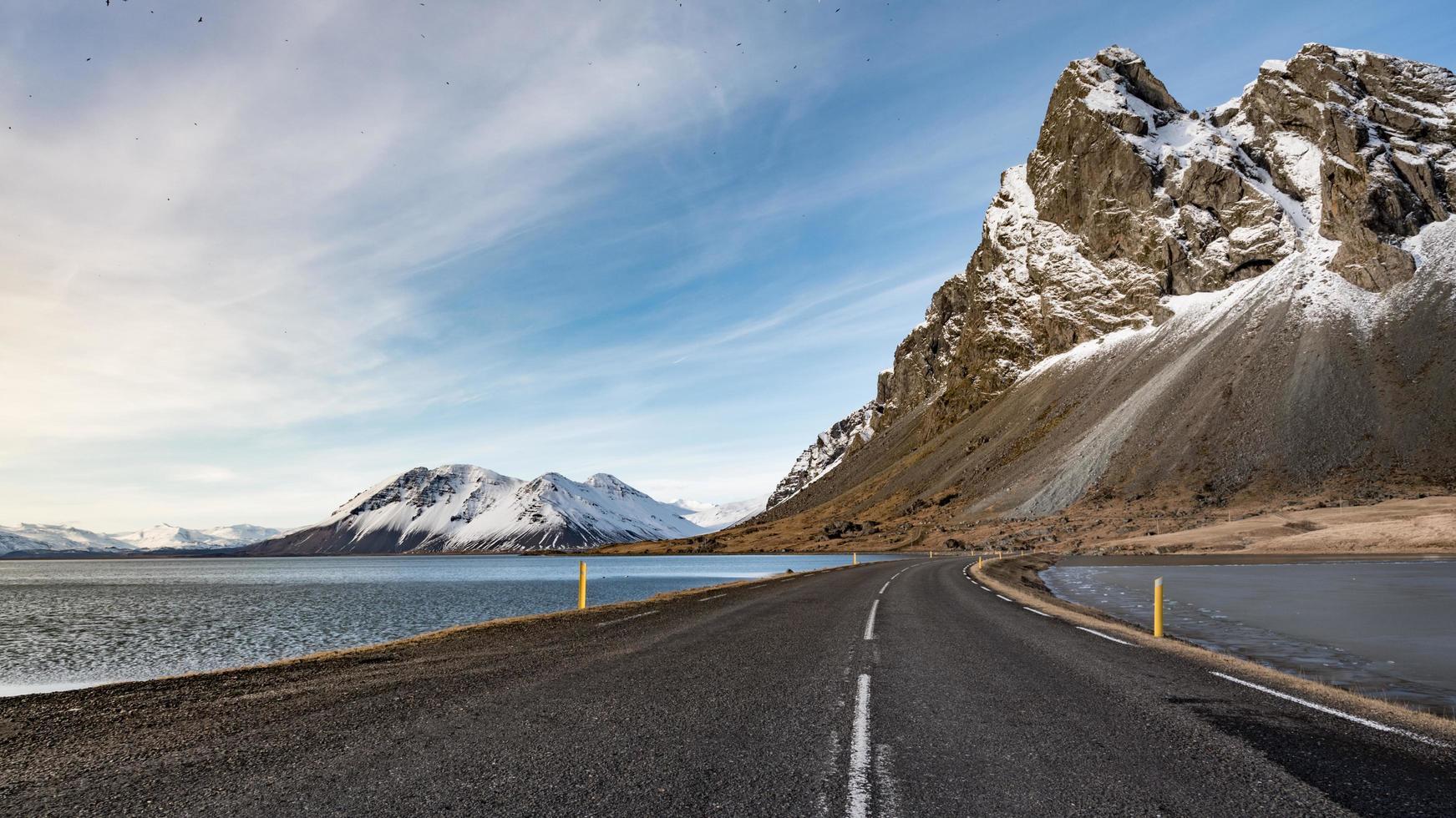 uitzicht op de oostelijke IJslandse kust in djupivogur foto