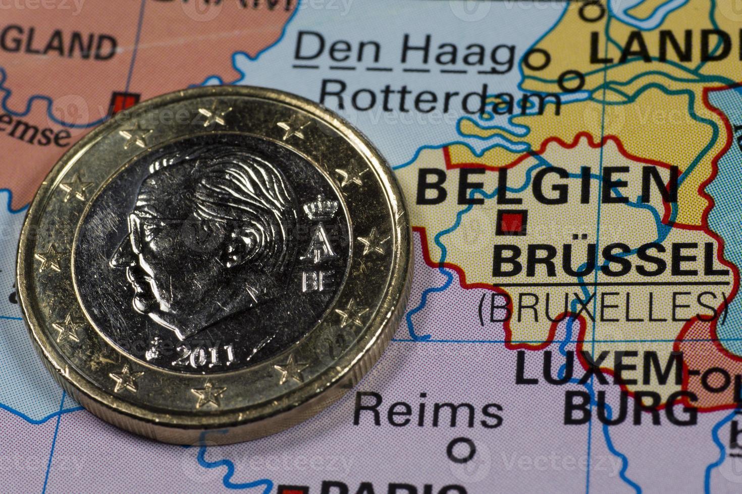 een euromunt op kaart, België foto