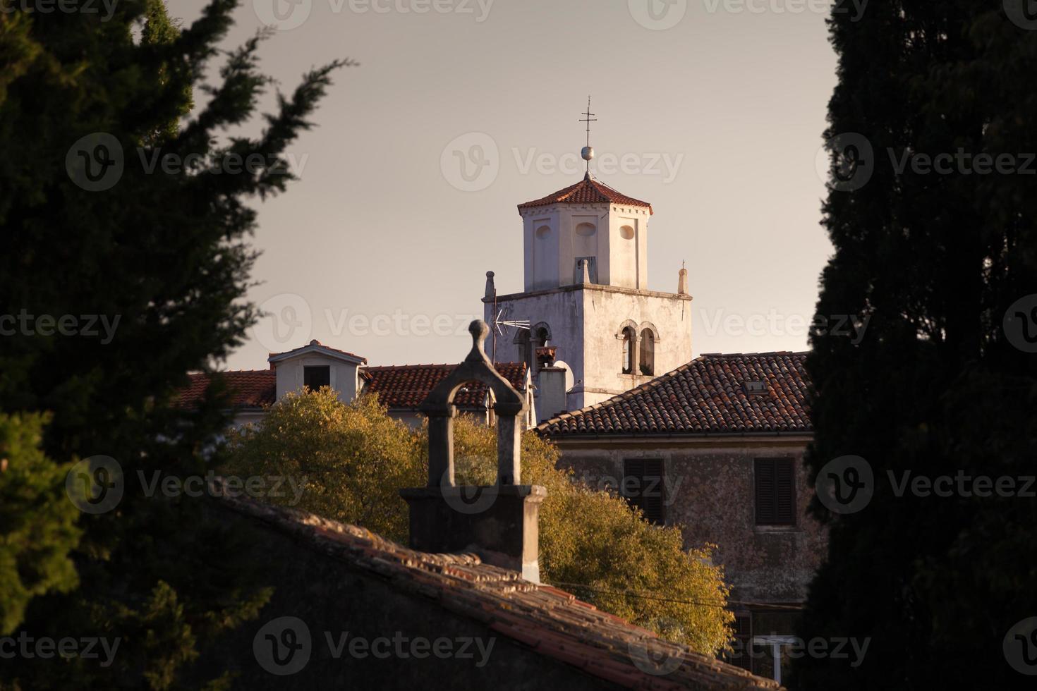 mediterrane kerk in de vroege ochtend foto