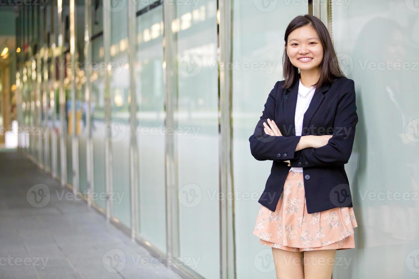 jonge vrouwelijke Aziatische directeur lachend portret foto