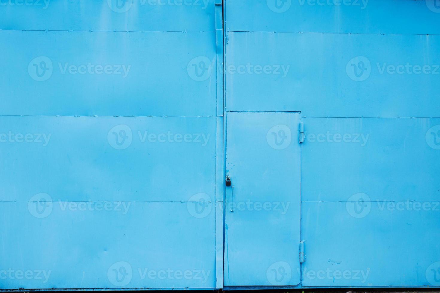 blauwe stalen deur van een magazijn foto