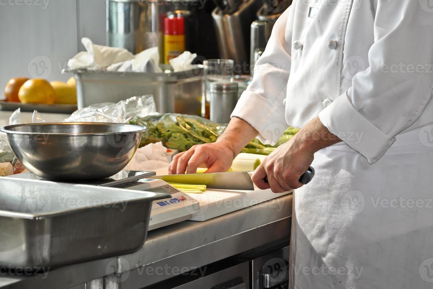 chef-kok in de keuken van een restaurant foto