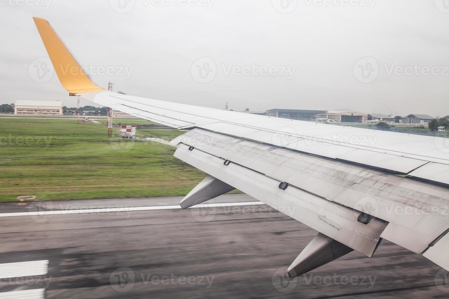 vliegtuigen die op de landingsbaan landen foto