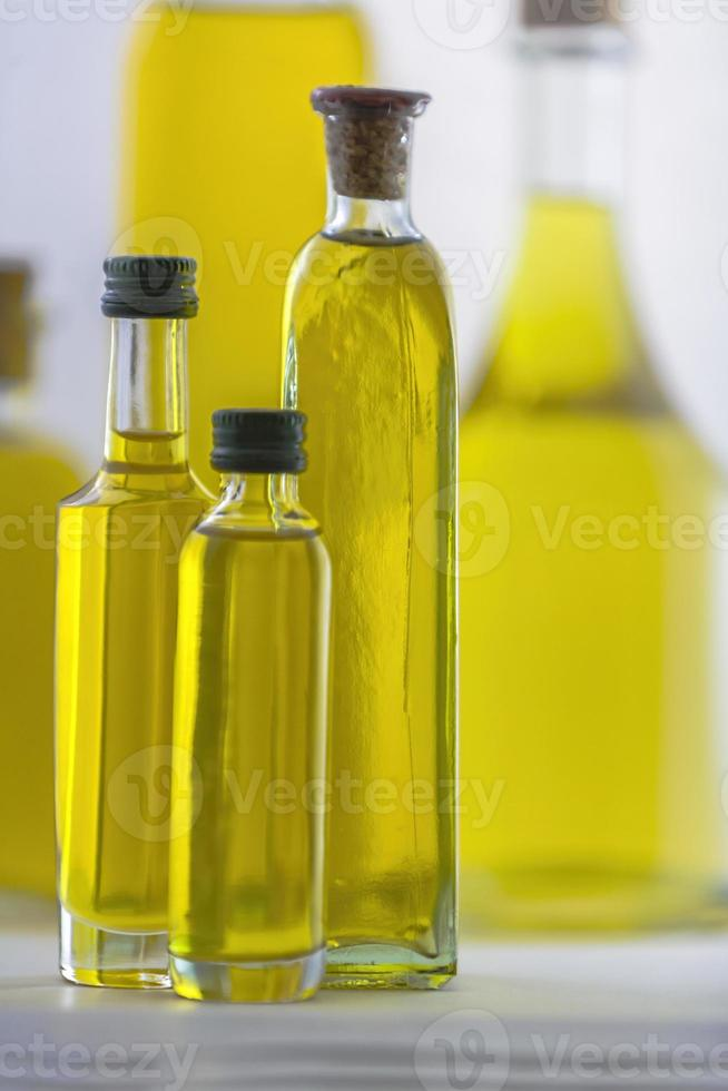 fles olijfolie die op wit wordt geïsoleerd foto