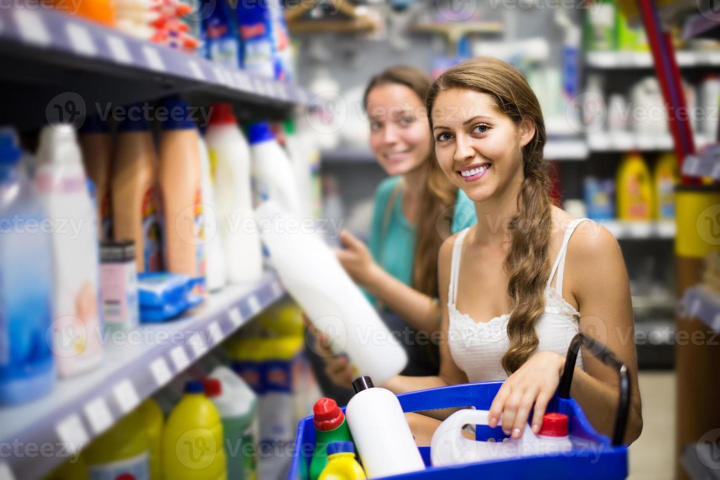mensen die wasmiddelen kopen in het winkelcentrum foto