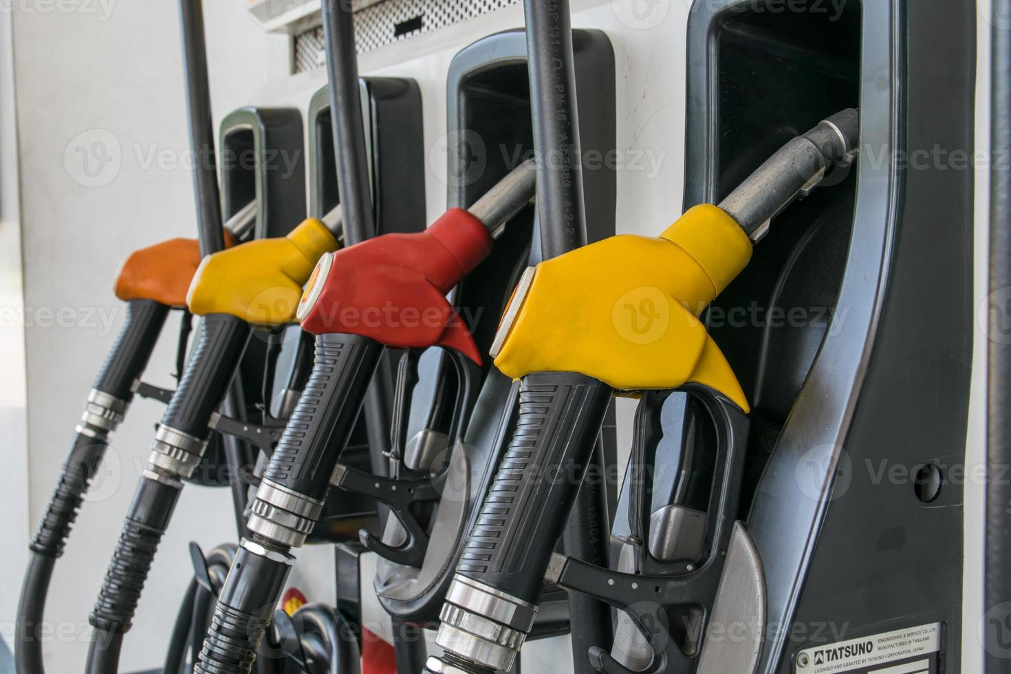 pompnozzles bij het benzinestation foto