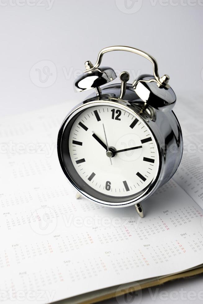 metalen wekker, wektijd, op witte achtergrond foto
