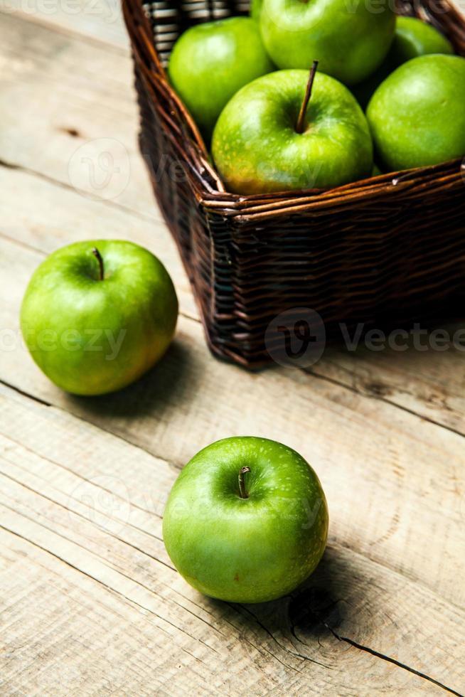 fruit. appels in een mand op houten tafel foto