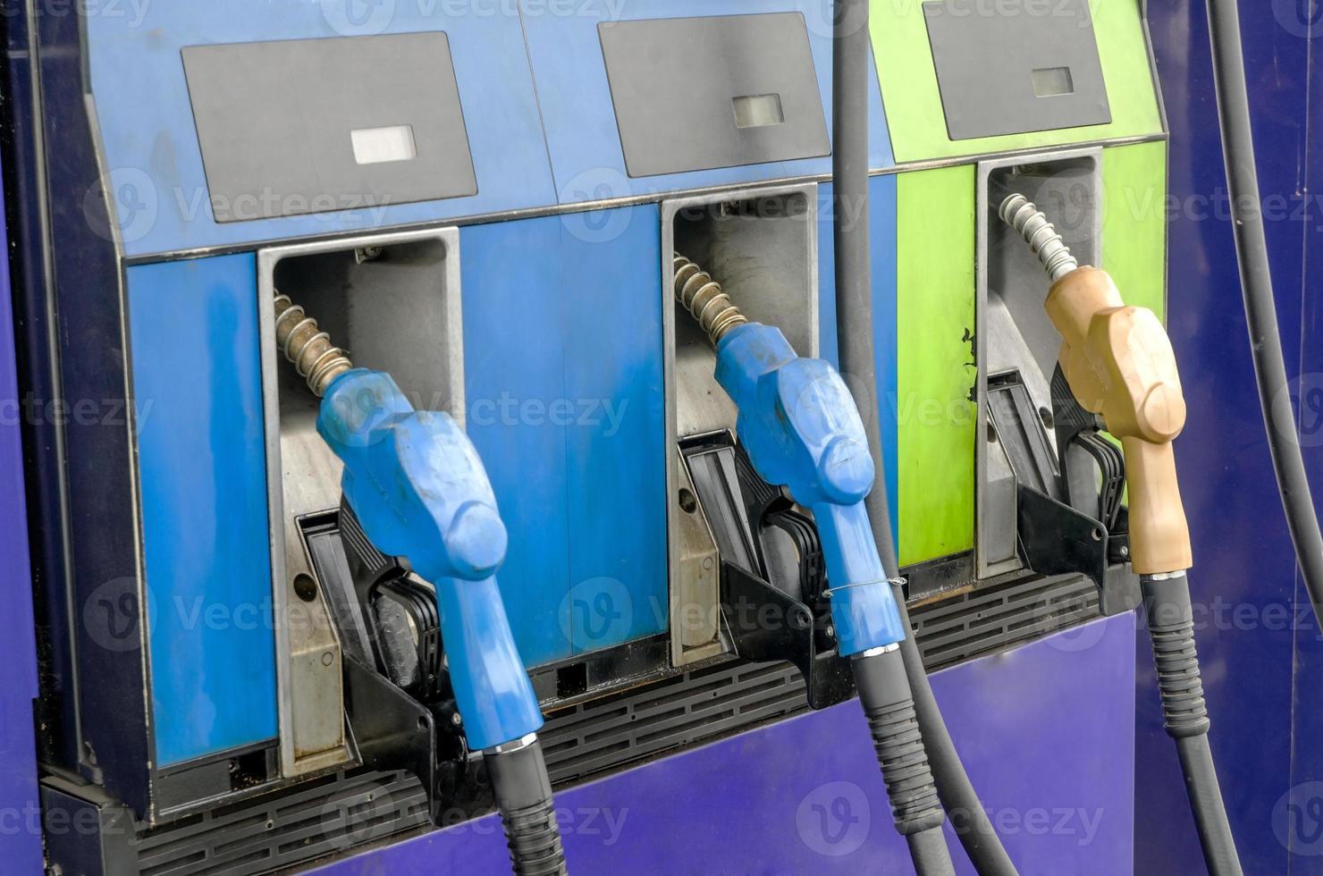 vier benzinepompen, close up foto