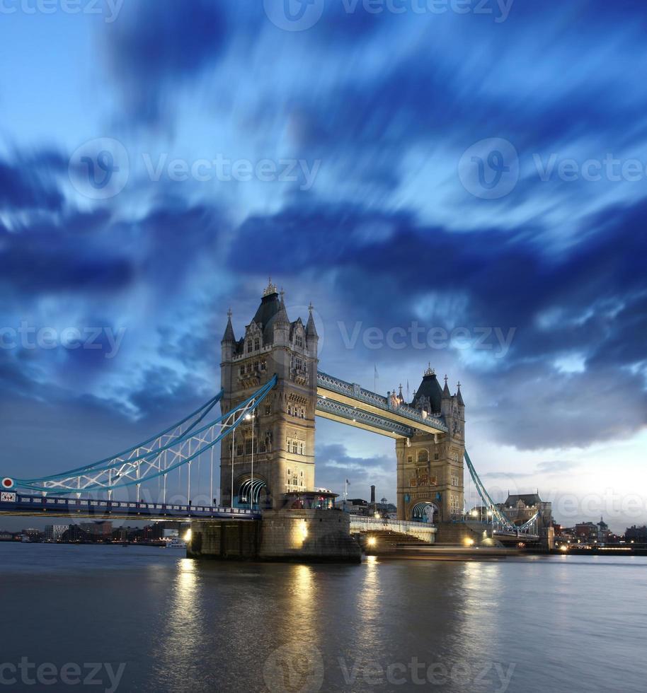 beroemde torenbrug in de avond, Londen, Engeland foto