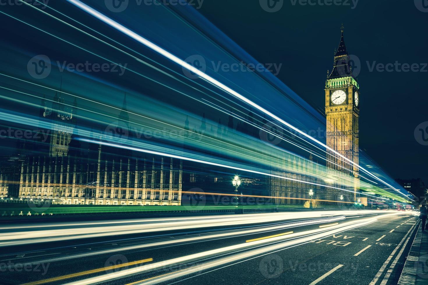 Big Ben en lichten van de voorbijrijdende auto's foto