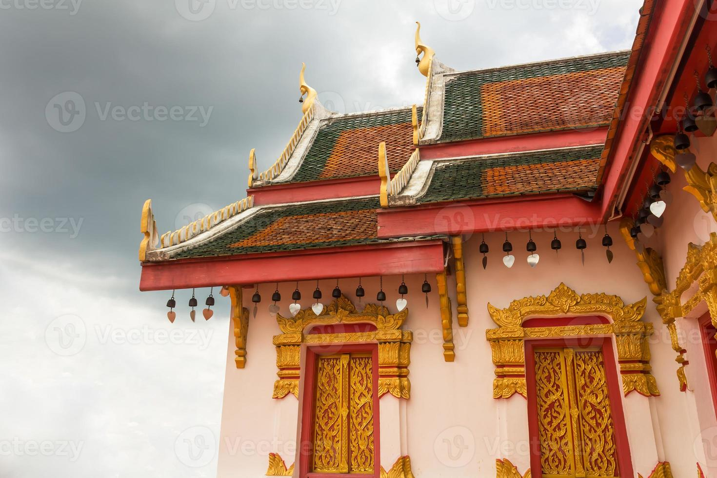 architectuur in het boeddhisme en bewolkte dag foto
