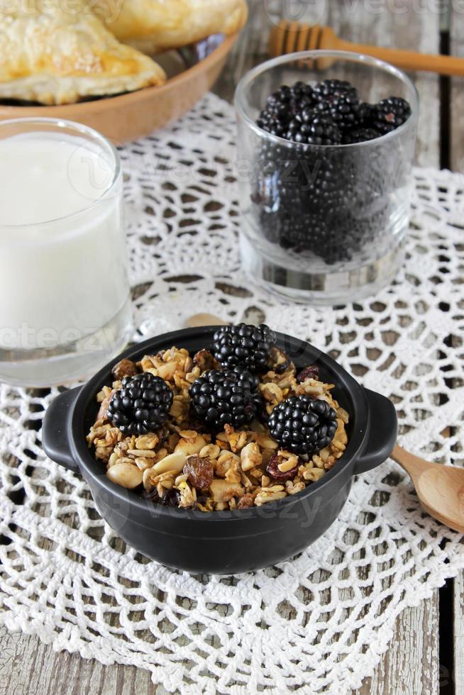 zelfgemaakte muesli met yoghurt en bramen, gezond ontbijt foto