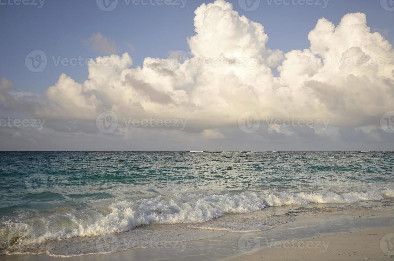 zee met een storm foto
