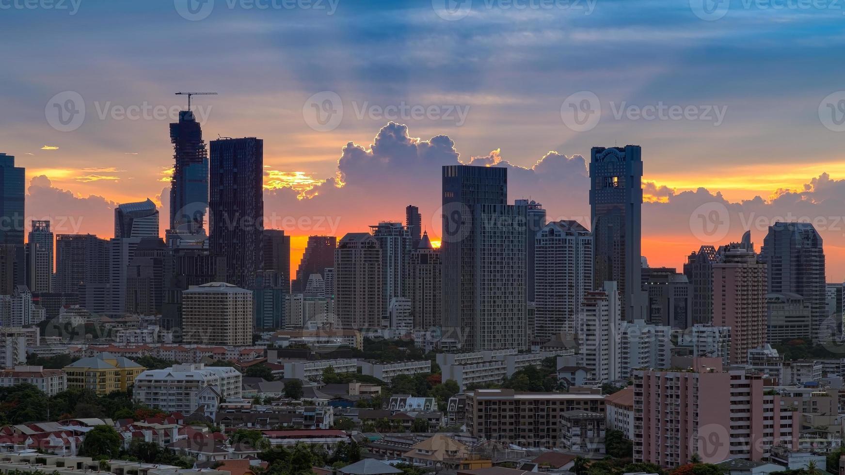 prachtige zonsondergang in de stad van bangkok met silhouet foto