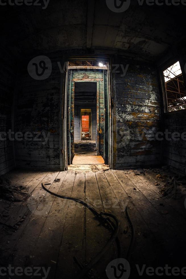 oude koets interieur met licht indringend foto