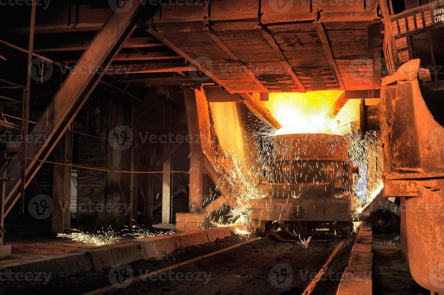 smelten van het metaal in de gieterij foto