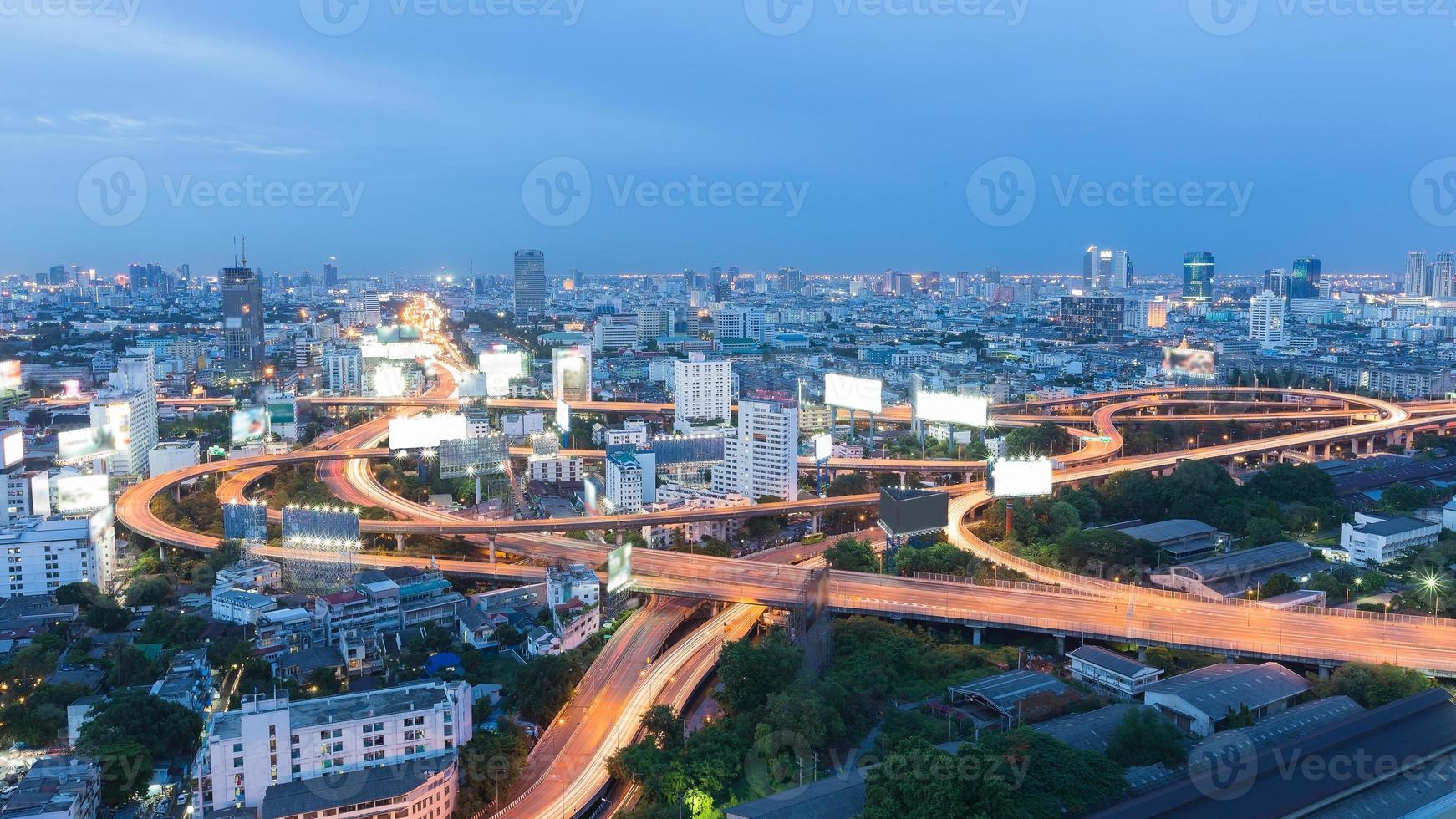 schemering op snelwegknooppunt in centrale zakenwijk foto