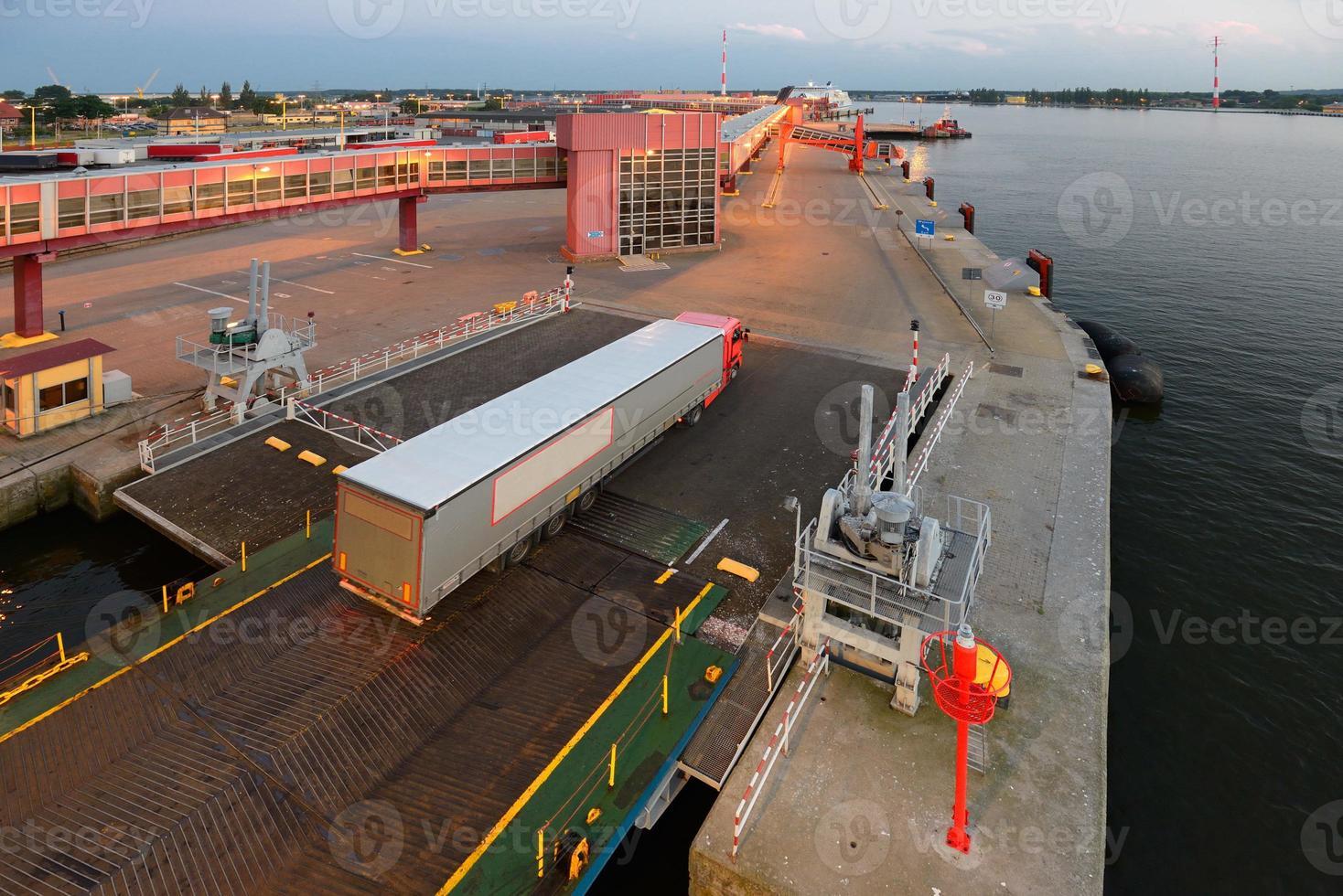 vrachtwagens aan boord van de veerboot foto