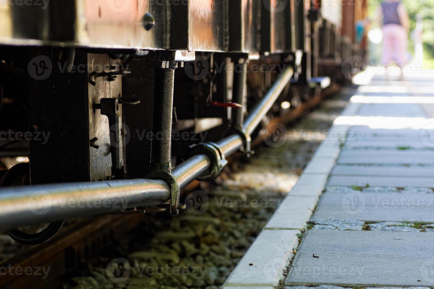 oude trein staande op het station. foto