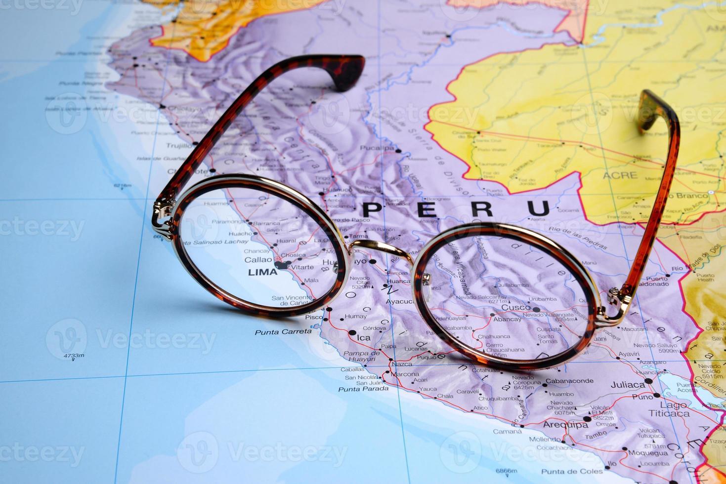 bril op een kaart - lima foto