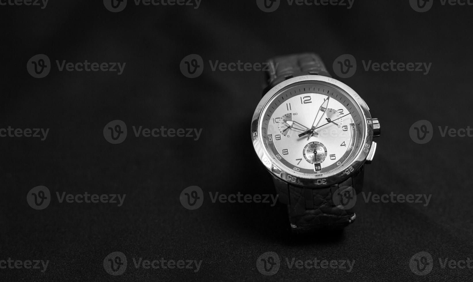 herenhorloge met lederen band op donkere achtergrond foto