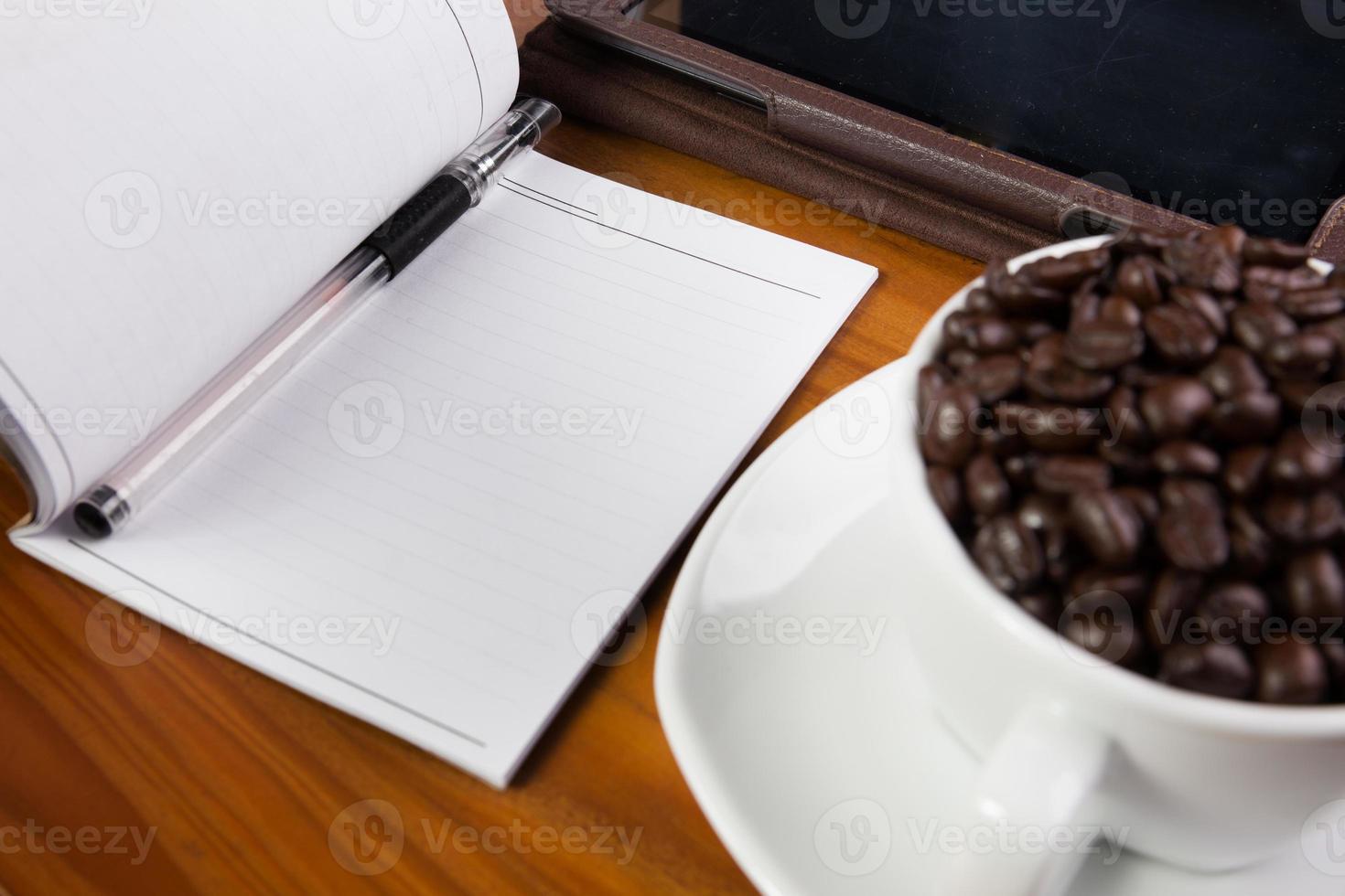 digitale tablet pc op bureau met leeg wit scherm foto