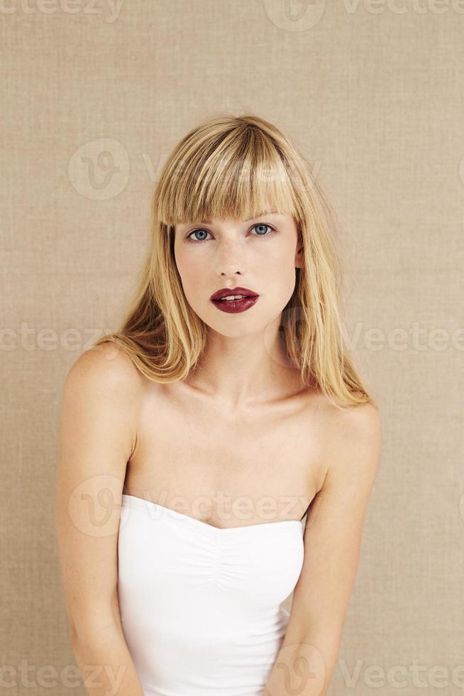 glamoureuze schoonheid in het wit foto