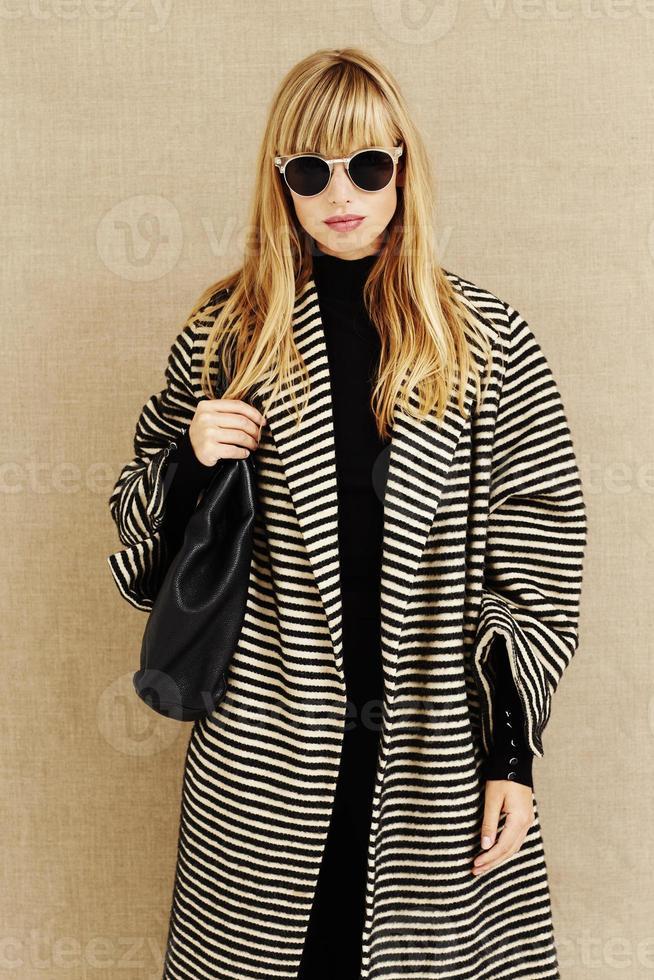 coole zonnebril op zakenvrouw foto