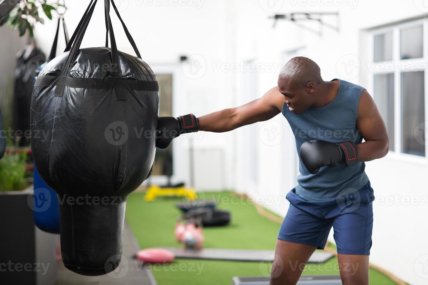 Afrikaanse man training met bokszak foto