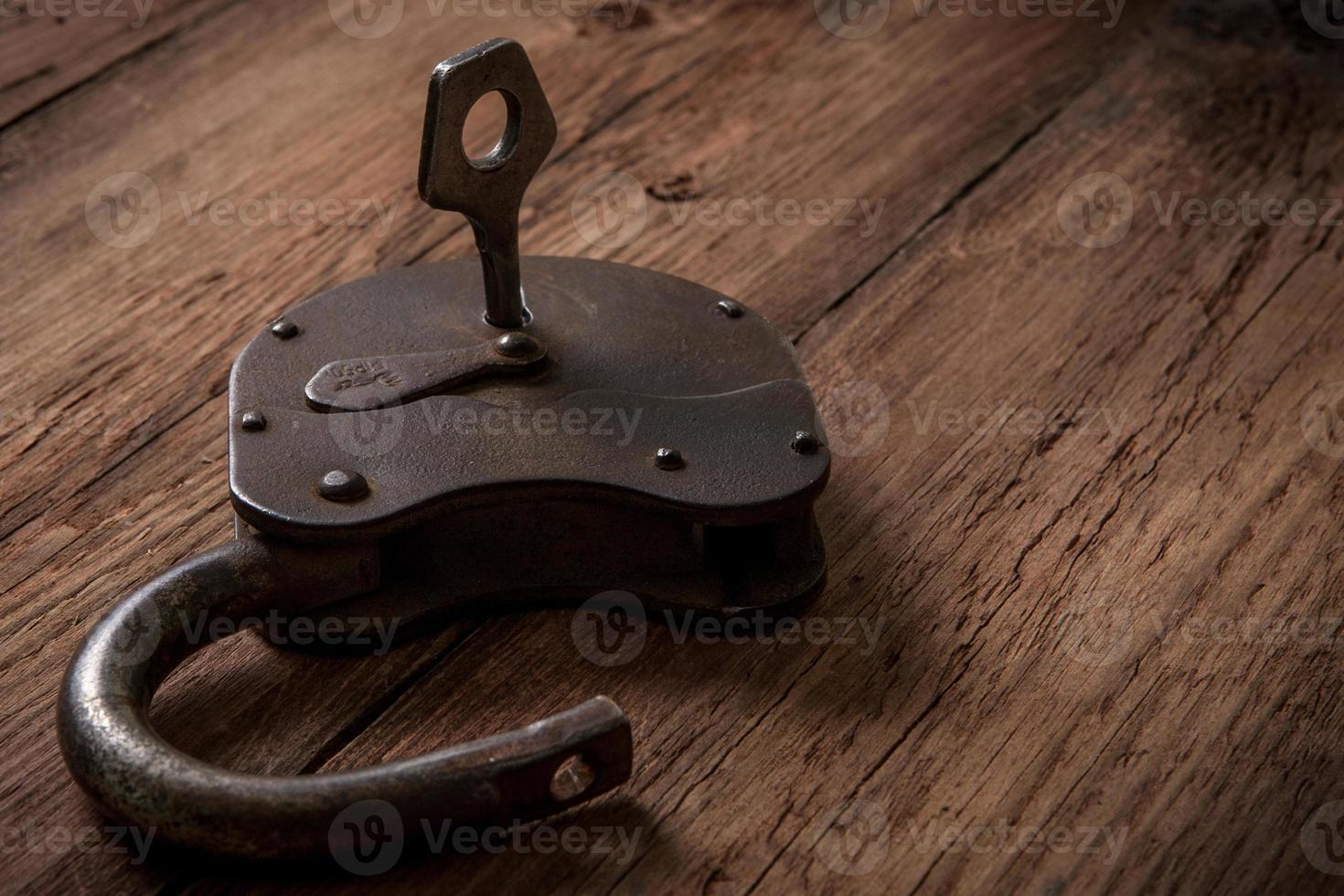 sleutel en roestig slot foto