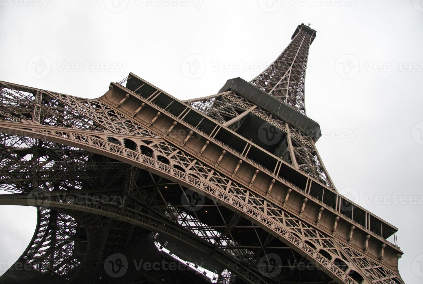 Parijs, Frankrijk. Eiffeltoren uitzicht vanaf de onderkant foto