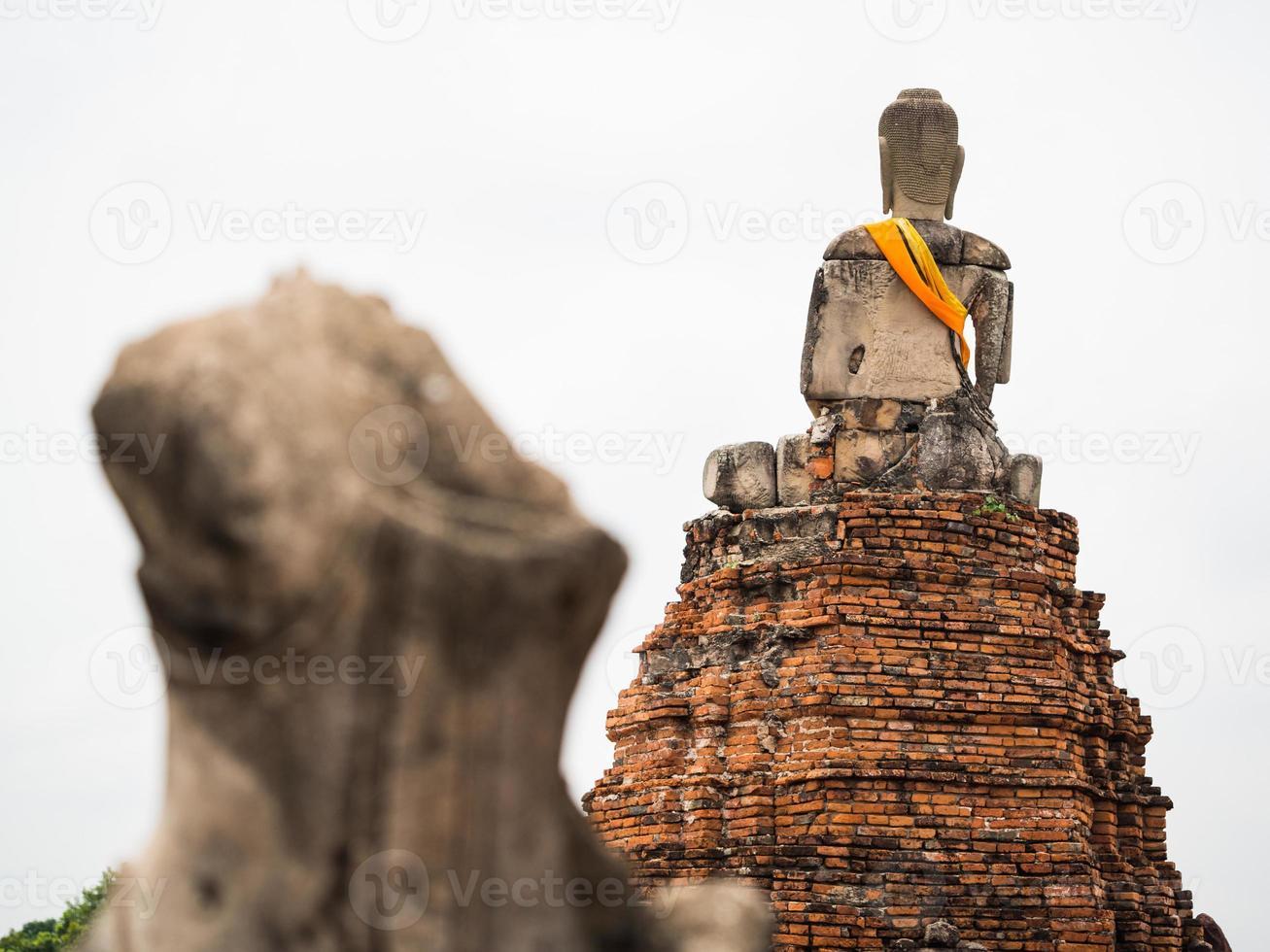 oude Boeddhabeeld op wat chai watthanaram foto