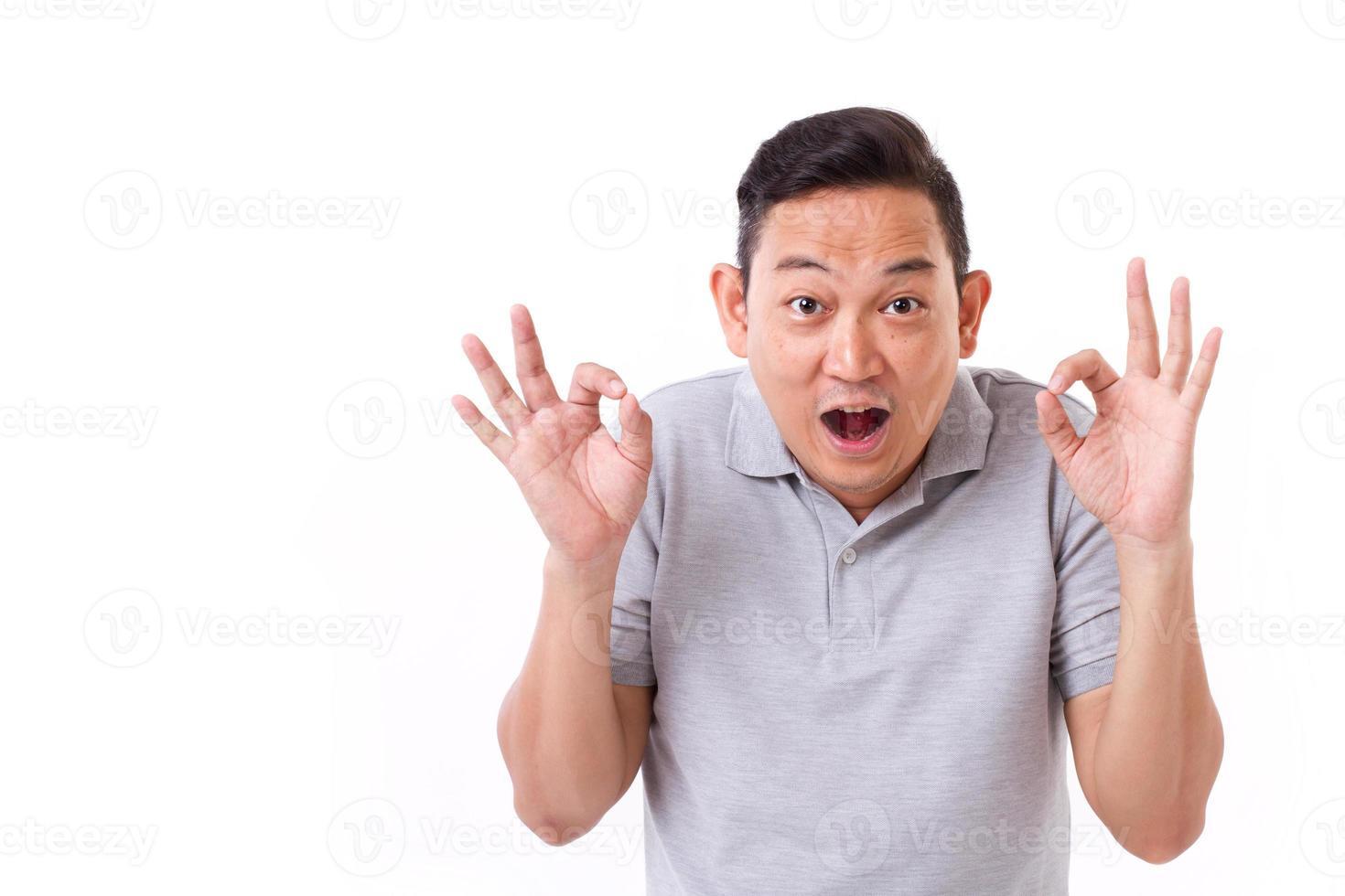 gelukkig, opgewonden man ok teken handgebaar te geven foto