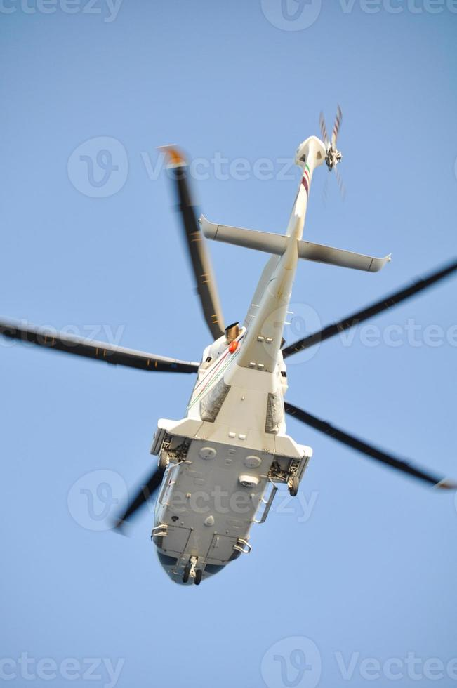 helikopter landt op een offshore olieplant foto