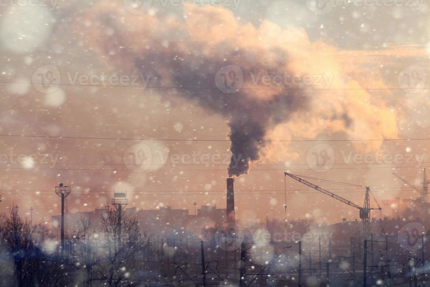 bedrijfstak schoorsteen rook broeikaseffect foto