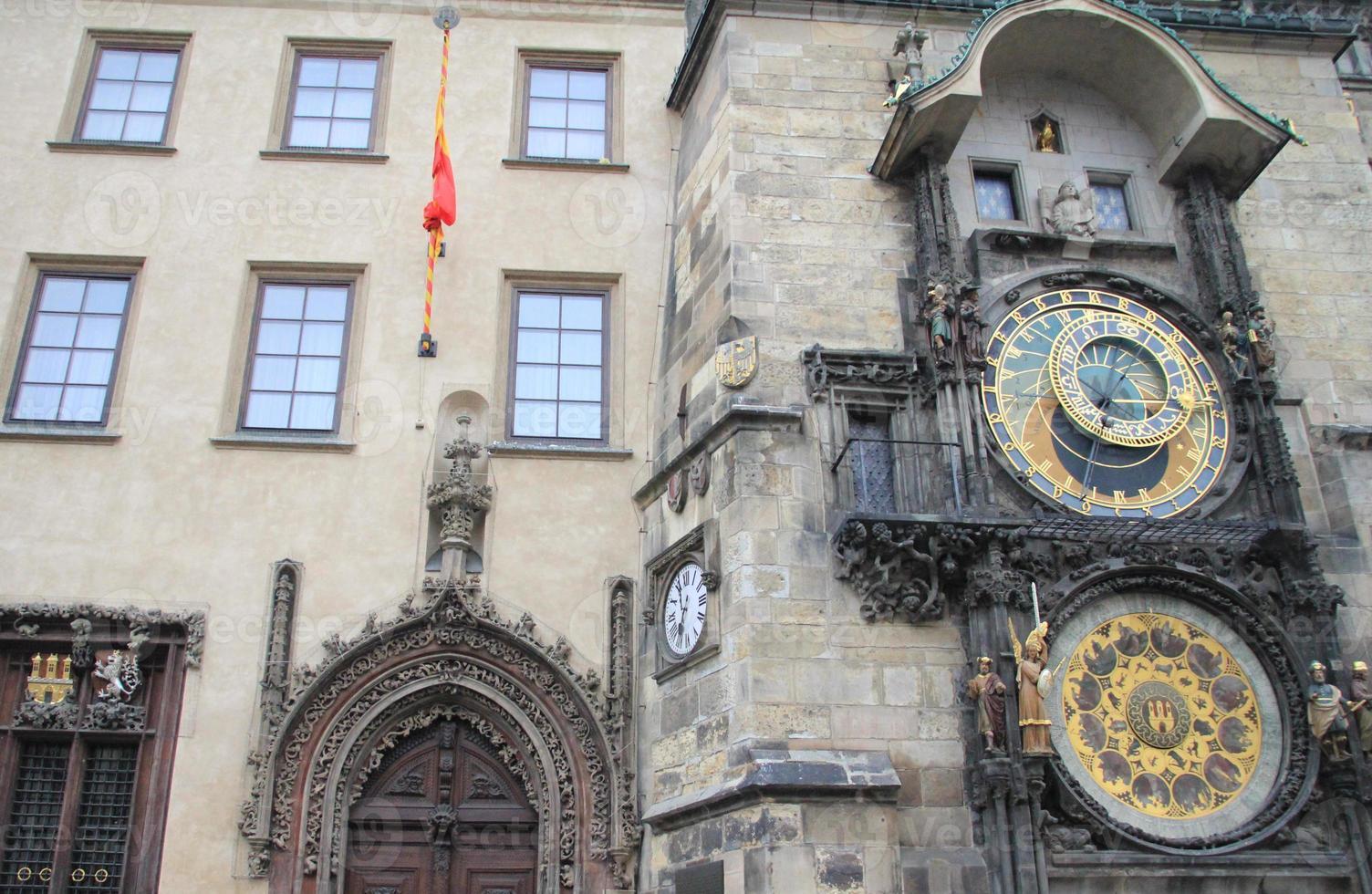 de straten van Praag, torens en torenspitsen. foto