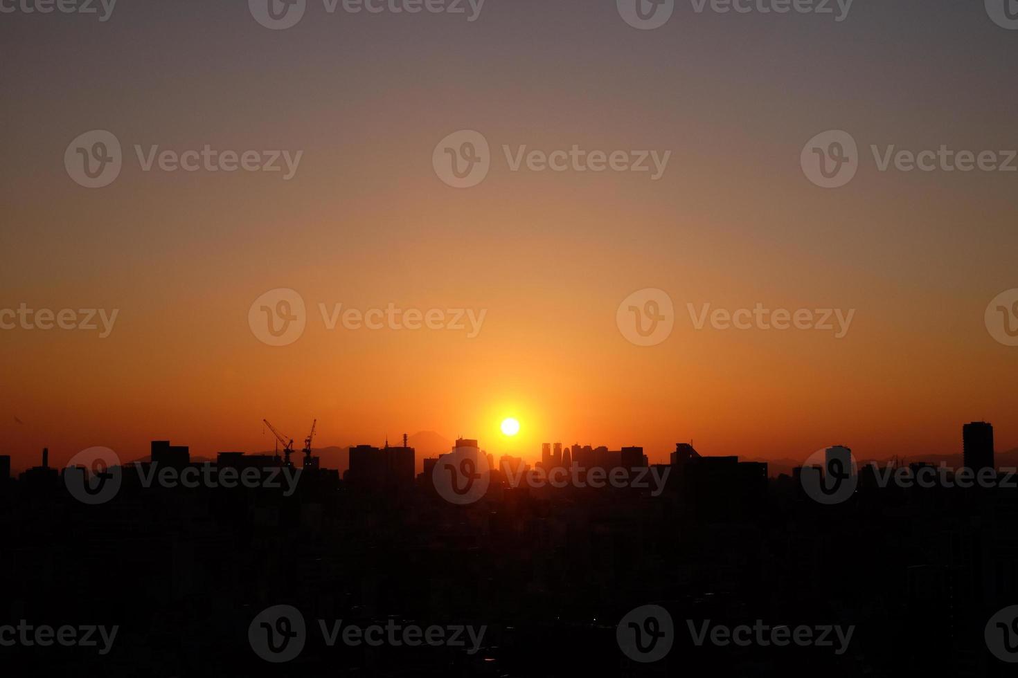 ondergaande zon over tokyo city foto