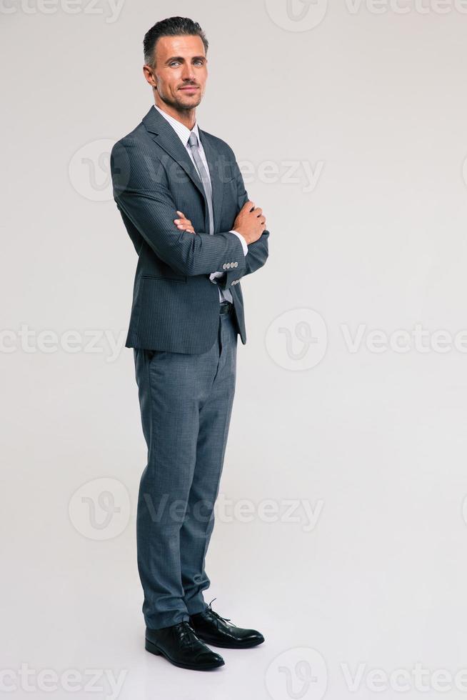 zekere zakenman die zich met gevouwen wapens bevindt foto