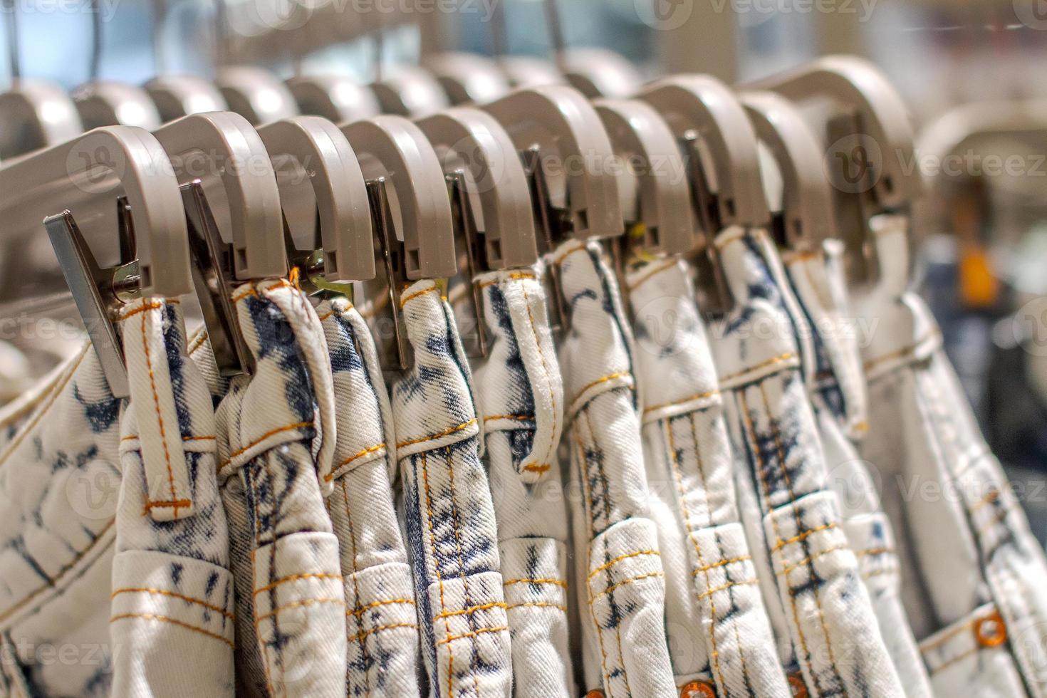voorbeeld jeans opknoping op een hanger in de winkel foto