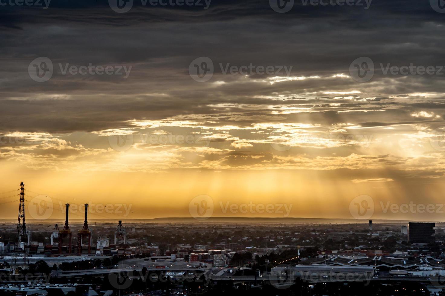 prachtige surrealistische zonsondergang over de stad Melbourne foto