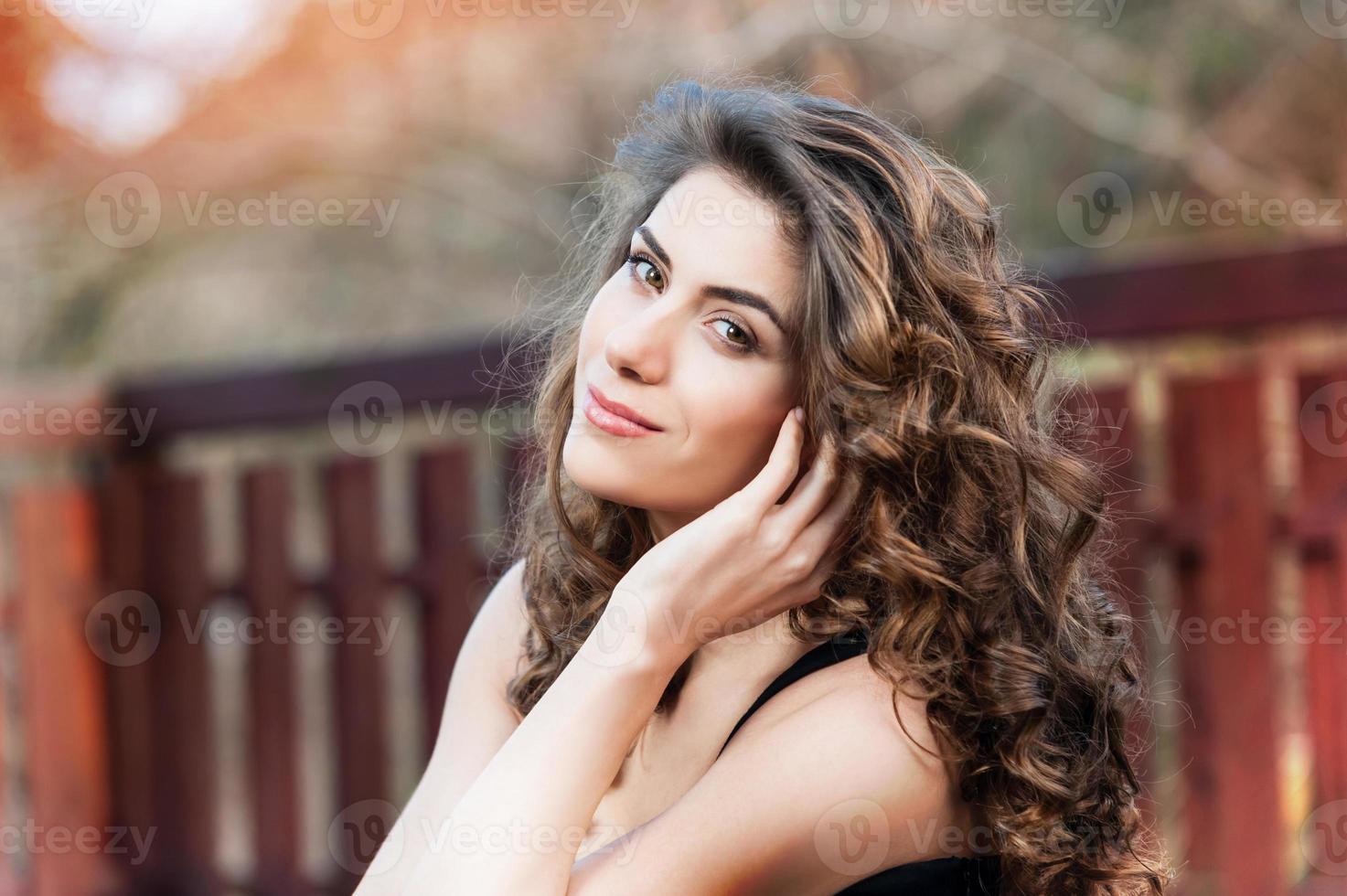 portret van mooie jonge vrouw buiten foto